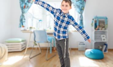 ילד עומד בתנוחת שווי משקל